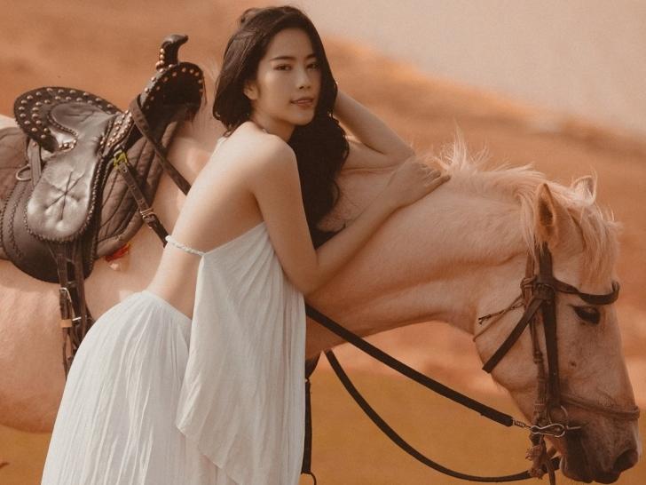 Nam Em cưỡi ngựa hát tình ca, khoe lưng trần siêu quyến rũ