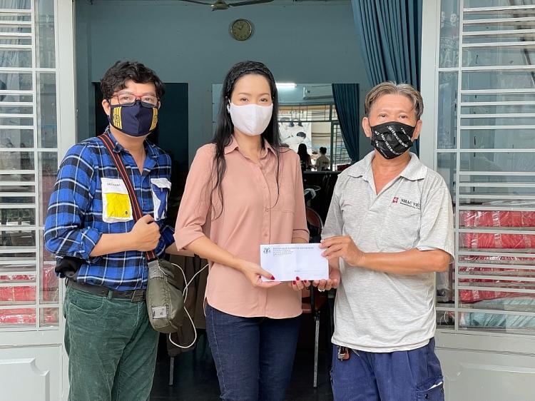 NSƯT Trịnh Kim Chi trao 180 phần quà cho công nhân hậu đài trong mùa dịch