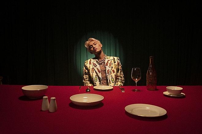 """Cuối MV, nhân vật chính lại """"một mình"""" giữa bàn tiệc trống không"""
