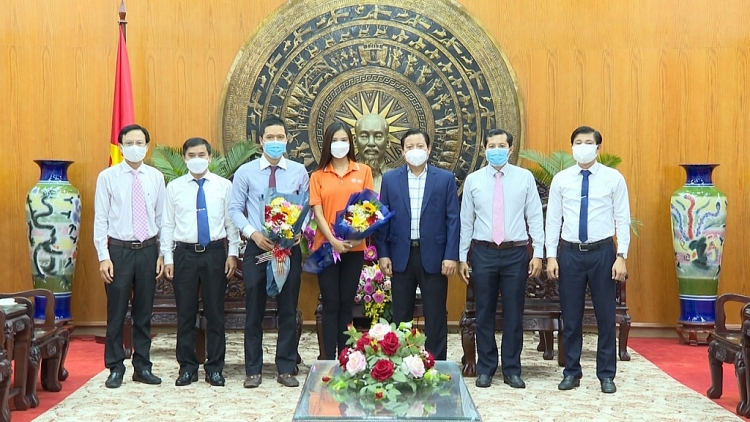 Á hậu Kim Duyên và tổ chức 'Hoa hậu hoàn vũ Việt Nam' ủng hộ 100 triệu đồng cho quỹ vaccine tỉnh Long An