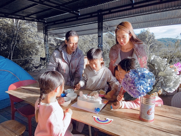 Ngắm khoảnh khắc đời thường của gia đình Lý Hải – Minh Hà khi tổ chức sinh nhật giản dị cho con trai út tại Đà Lạt