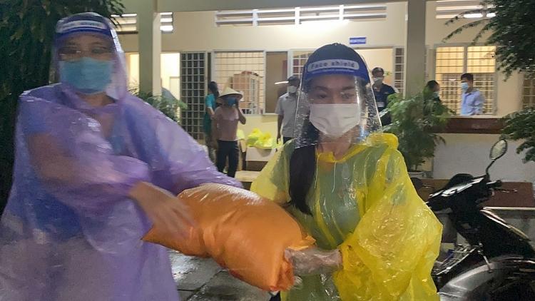 Ngọc Thảo, Kiều Loan dầm mưa hơn 3 tiếng để tiếp tế lương thực cho khu cách ly