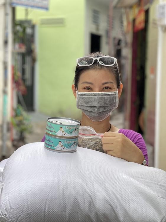 Đàm Vĩnh Hưng trao tặng hơn 5 tấn gạo và hàng ngàn hộp cá cho các khu vực phong tỏa, bệnh viện dã chiến