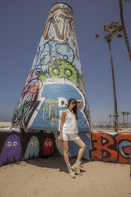 Ngọc Quyên phơi nắng bên thành phố biển Venice, tự tay thực hiện lookbook cho thương hiệu của riêng mình