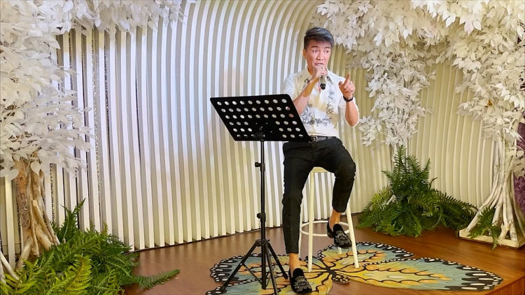 Đàm Vĩnh Hưng tự viết lời, tự quay MV tại nhà cổ vũ Sài Gòn chống dịch