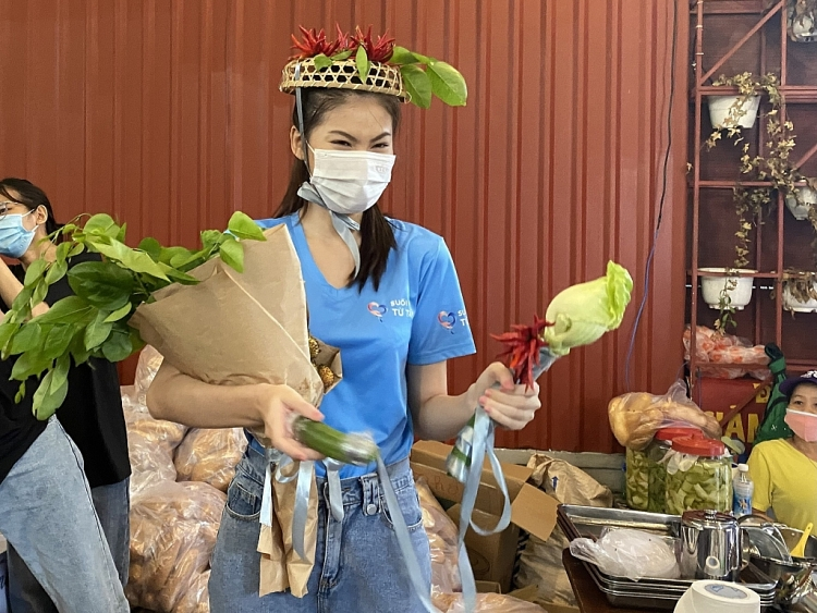 Sinh nhật đặc biệt của Á hậu Ngọc Thảo: Nhận vương miện và quyền trượng làm bằng… rau củ quả