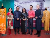 Đại diện văn - nghệ sỹ tặng áo dài cho Bảo tàng Phụ nữ Nam bộ