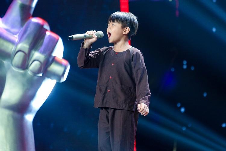 the voice kids thi sinh dau tien hat ve bac ho khien 6 hlv than phuc bam chon