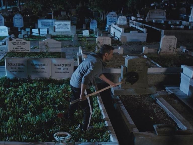 'Trái tim phụ nữ': Sarp 'nôn thốc nôn tháo' khi thấy thi thể mẹ ruột dưới nấm mộ mẹ con Bahar
