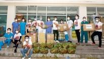 'Mister Việt Nam' Minh Quyền và Hữu Đạt đại diện BTC 'Miss Earth Vietnam' trao tặng 2.000 bộ đồ bảo hộ y tế, đi chợ giùm người dân khu phong tỏa