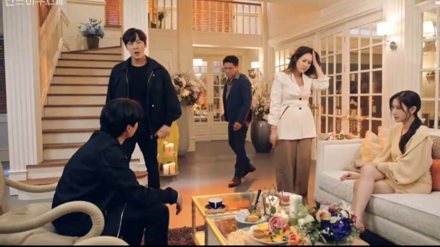 'Penthouse: Cuộc chiến thương lưu 3' tập 10: Joo Dan Tae bị nhốt vào bệnh viện tâm thần, trở về thành Baek Jun Ki  