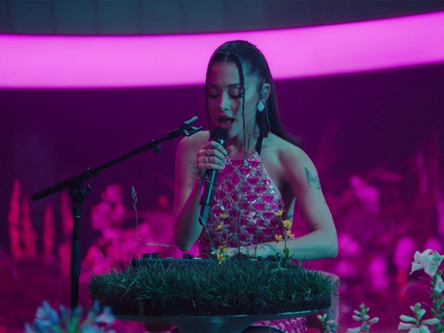 Định nghĩa live-stage mới từ Ariana Grande sau loạt sân khấu cực đỉnh cùng Vevo