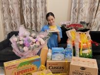 Hoa hậu Tiểu Vy khoe mặt mộc bên 'núi' quà thiết yếu mùa dịch