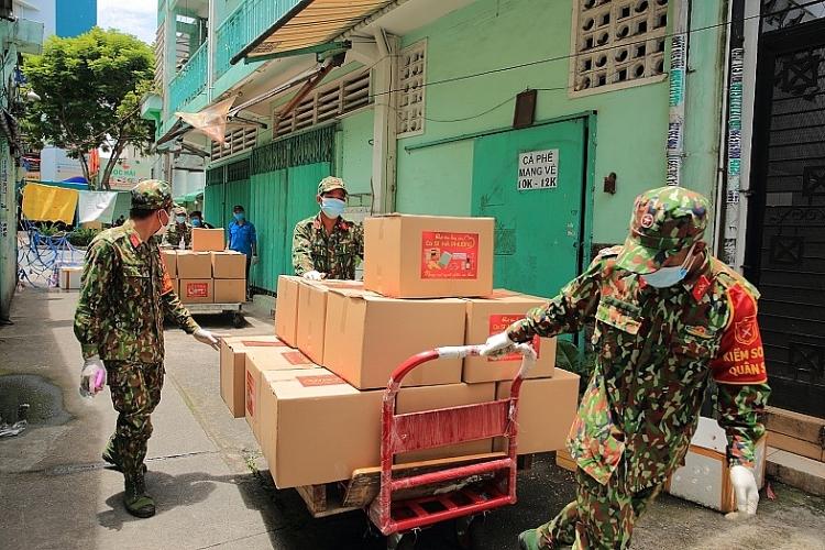 Ca sĩ tỷ phú Hà Phương gửi tặng 30 tấn gạo và nhiều nhu yếu phẩm cho người dân Sài Gòn chống dịch