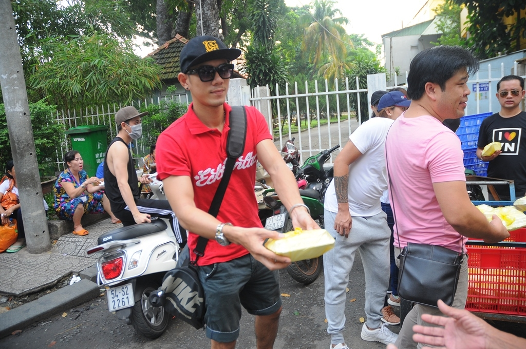 ca si andy quach ve que lam viec thien cung cac dong nghiep trong nuoc