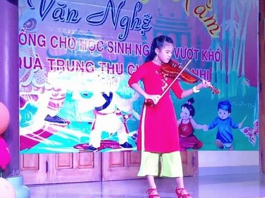 bao han hoc tro huong giang khong chi hat hay con choi piano va violin cuc dinh