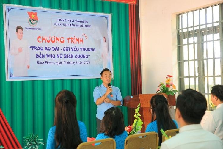 NTK Việt Hùng cùng nhiềunghệ sĩtặng áo dài cho các cô giáoBình Phước