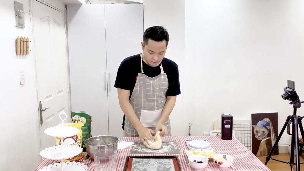 'Ở nhà vui mà': Quang Trung bật mí hành trình trong một ngày ở nhà mùa dịch, Lê Nhân trổ tài làm bánh Papparoti