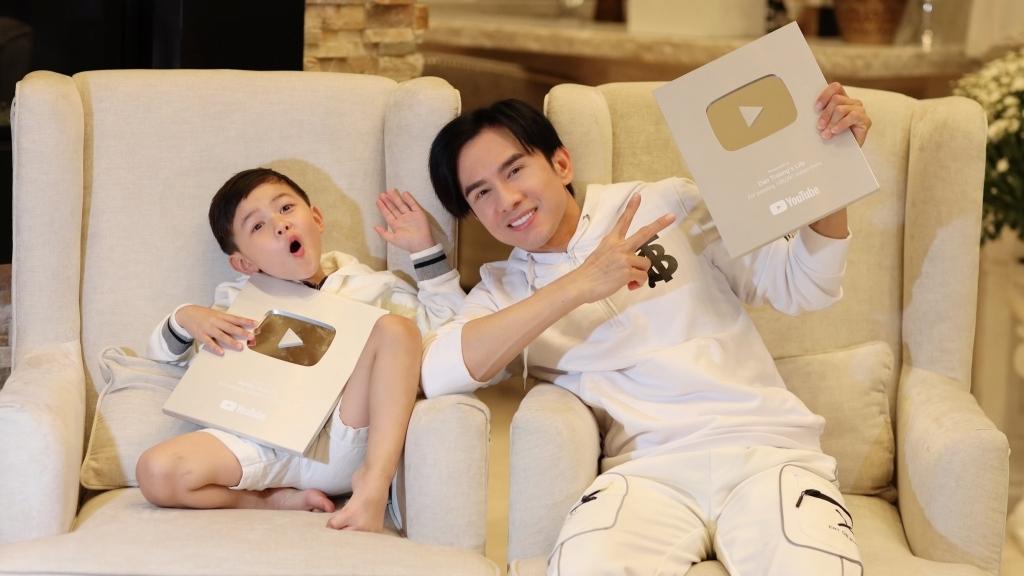 Đan Trường và con trai đồng loạt nhận Nút bạc Youtube