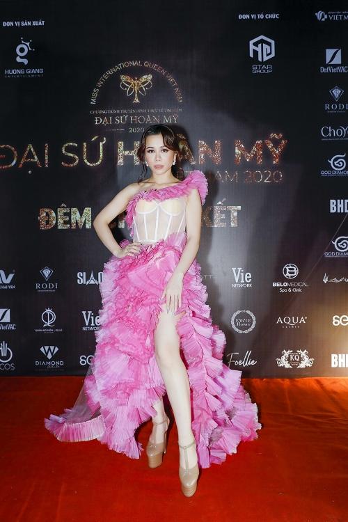 Sao quốc tế đụng hàng Hoa hậu Oanh Lê tại lễ trao giải National Television Awards