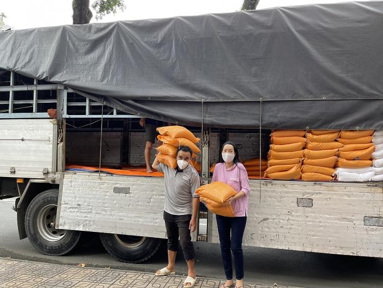 Trịnh Kim Chi cùng Quyền Linh trợ giúp nghệ sĩ nghèo trong mùa dịch