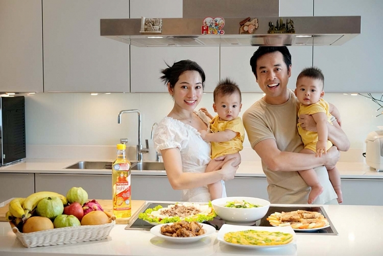 'Ở nhà vui mà': Dương Khắc Linh biểu diễn 'tay nghề' skincare cho vợ