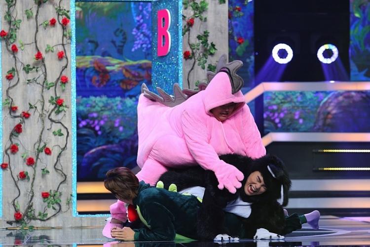 'Sàn đấu ngôi sao': Ca sĩ TiTi lạc lõng khi đứng giữa những diễn viên 'nặng ký' như Tuyền Mập, Thạch Thảo