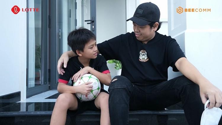 'Cầu thủ nhí 2021': Diễn viên Tân Trề bất ngờ tìm gặp động viên cậu bé có mẹ nhặt ve chai vì đồng cảnh ngộ