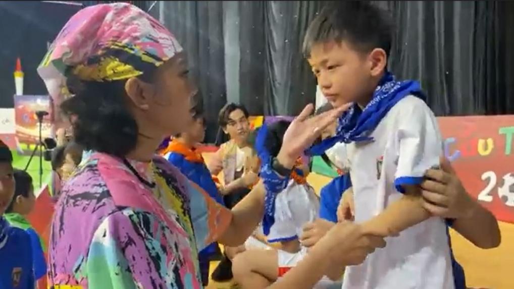 'Cầu thủ nhí 2021': Bật cười với phương pháp dỗ trẻ của Á hậu Mâu Thủy