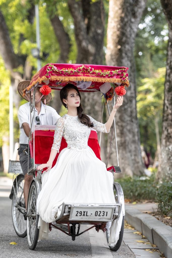 a hau lien phuong dep nen na trong ta ao dai tren pho phuong ha noi
