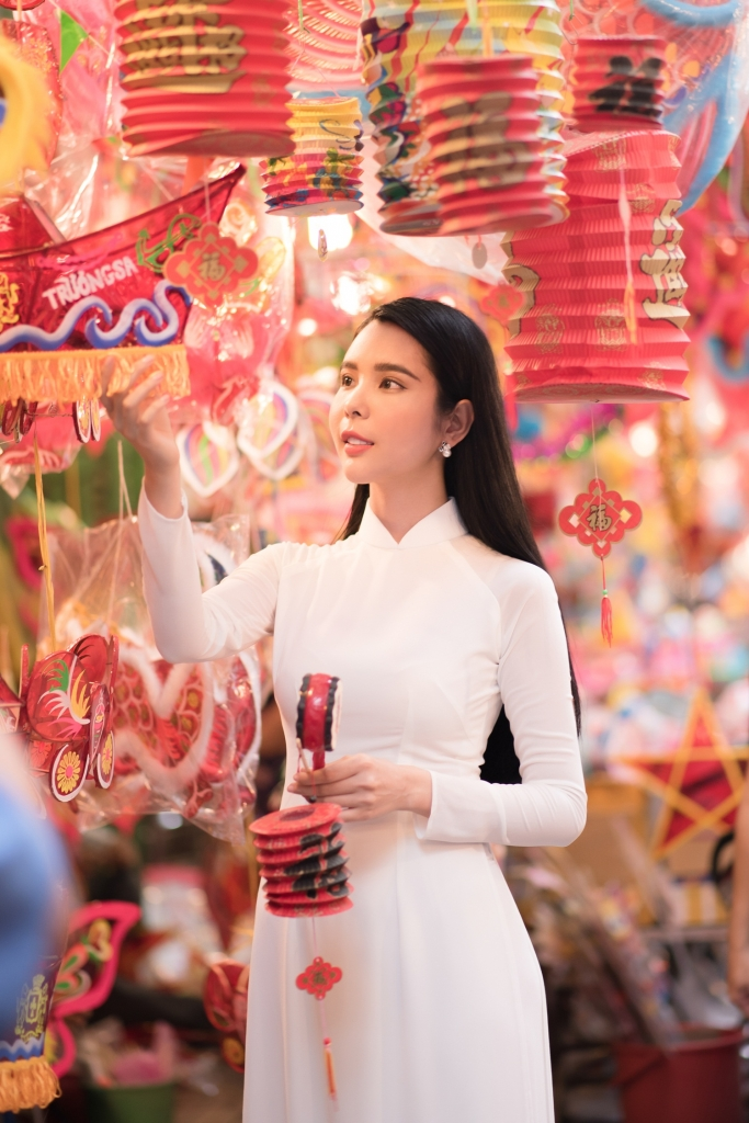 huynh vy dai dien viet nam tai miss tourism queen worldwide 2018 tung di lam muon phu nuoi ca gia dinh