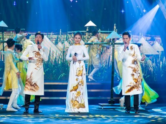 Minh Luân hát ca khúc 'Việt Nam' cùng Vân Trang, Quý Bình tại LHP Quốc tế Hà Nội V