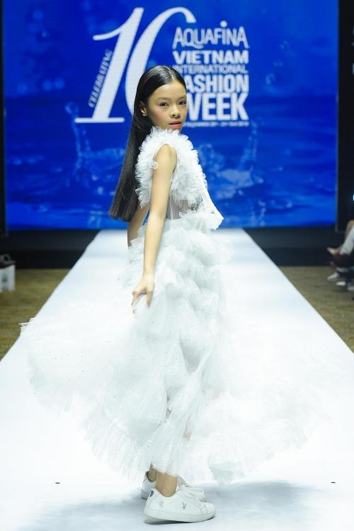 vietnam international fashion week ky niem 10 mua mot hanh trinh thoi trang a fashion journey