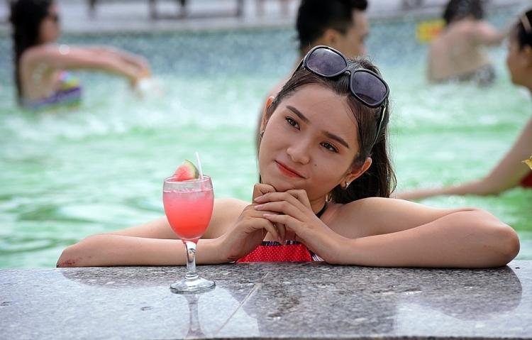 thai ngan tu ca si den vai chinh trong phim thien su khong phep mau