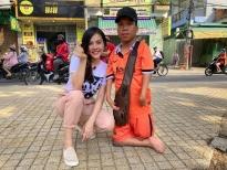 Vân Trang bán vé số, hát dạo giúp cậu bé khuyết tật tay chân