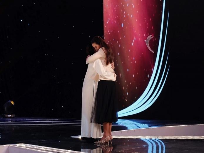 'Én vàng nghệ sĩ':Siêu mẫu Hà Anh ôm chặt Pha Lê, xúc động khi nói về thiên chức làm mẹ