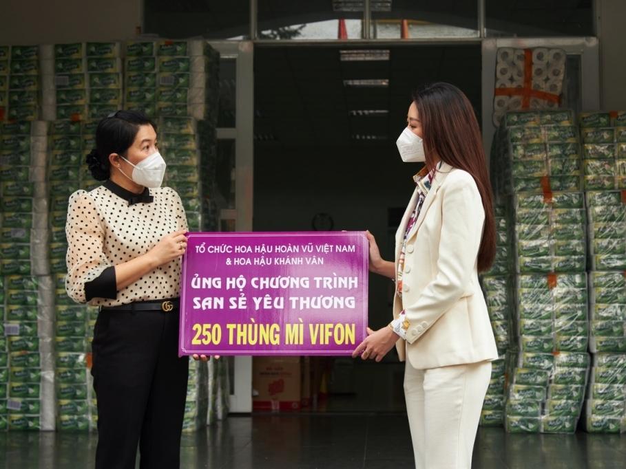 Hoa hậu Khánh Vân tặng quà hưởng ứng chương trình 'Triệu phần quà san sẻ yêu thương'