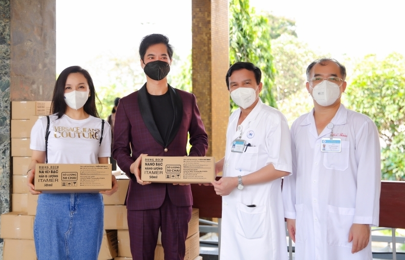 Danh ca Ngọc Sơn và con gái nuôi gửi tặng 2000 chai xịt khuẩn cho Bệnh viện Thống Nhất