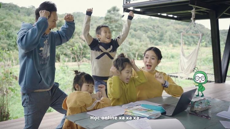 Lý Hải - Minh Hà cùng các con tự làm MV hài hước về học online