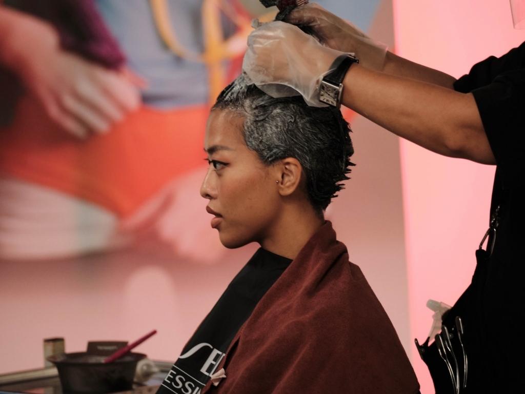 Wiwi Nguyễn 'sốc' khi được cắt kiểu tóc lạ tại 'Supermodel me'