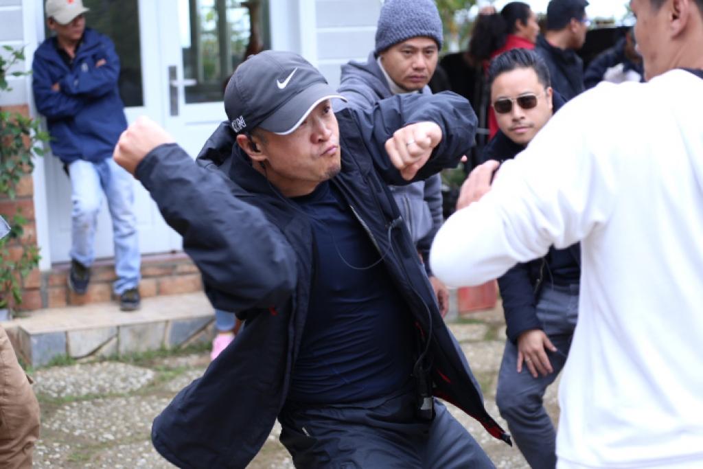dao dien hanh dong den tu hollywood ekip chay no den tu thai lan de phuc vu loi bao