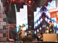 Huấn luyện viên tranh giành ban nhạc 'đa quốc gia' hát nhạc Việt xưa