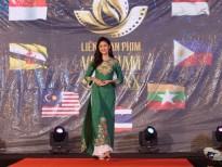 Á hậu Thanh Tú làm Vedette trình diễn thời trang tại Liên hoan Phim Việt Nam