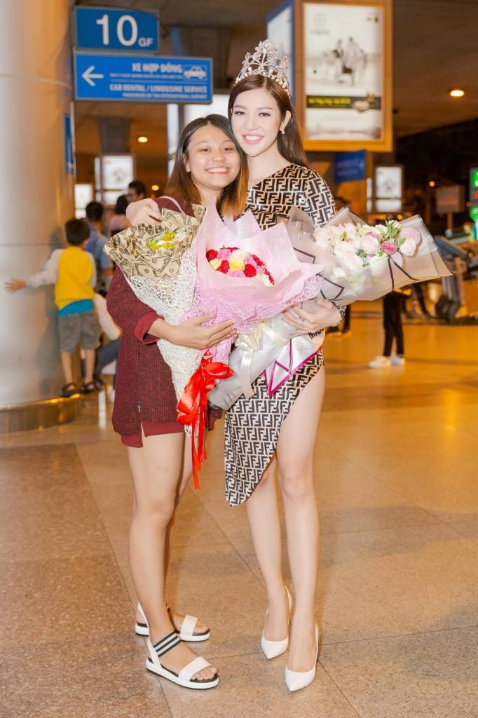 bui ly thien huong duoc ban be fan ham mo ra tan san bay don mung sau dang quang hoa hau