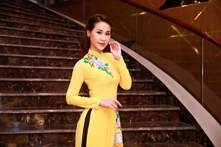 my tran ngam kieu cung ao dai truyen thong viet nam