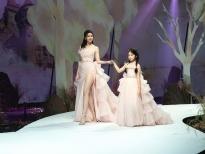 Trương Quỳnh Anh cùng con gái Xuân Lan làm vedette trên sàn 'Vietnam Junior Fashion Week 2020'