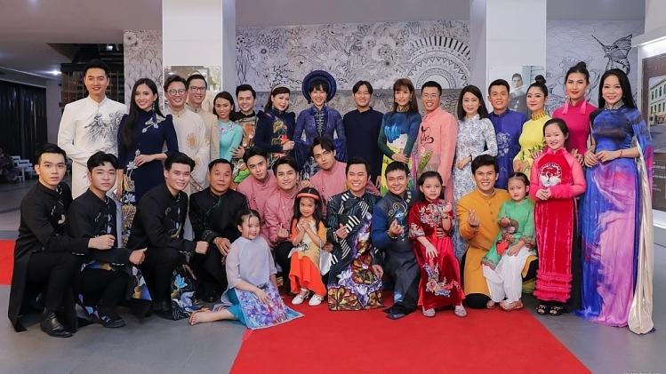 20 nghệ sĩ danh tiếng diện áo dài Việt Hùng tạiTriển lãm ảnh 'Tôi yêu áo dài Việt Nam'