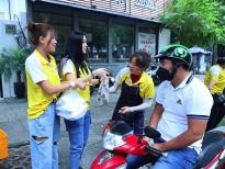 Diệp Bảo Ngọc – Thúy Diễm bán xôi ủng hộ miền Trung