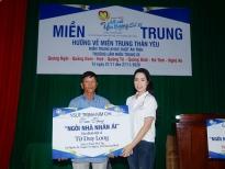 NSƯT Trịnh Kim Chi cùng các mạnh thường quân trao quà và nhà tình thương cho người dân miền Trung