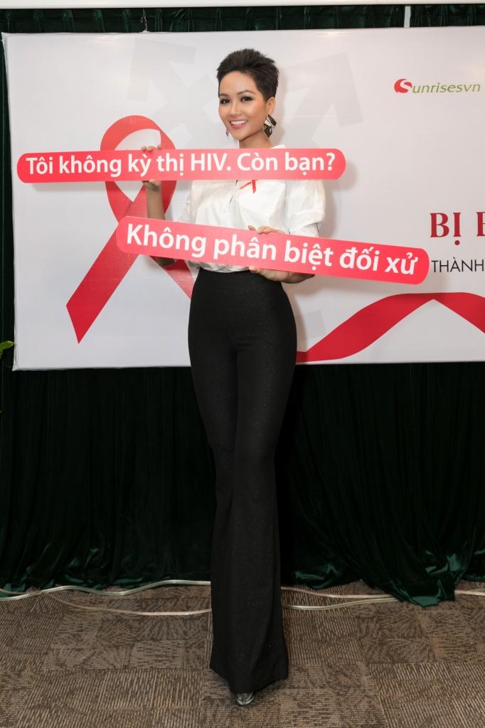 hoa hau hhen nie va y nghia cua dai bang do luon dong hanh tren tay